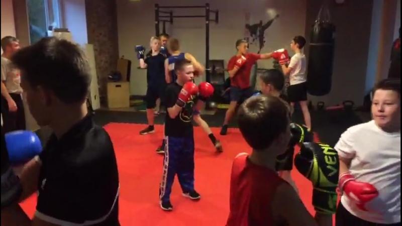 Тренировка в подростковой группе по боксу (10-17 лет). Тренер Зайнал Акавов