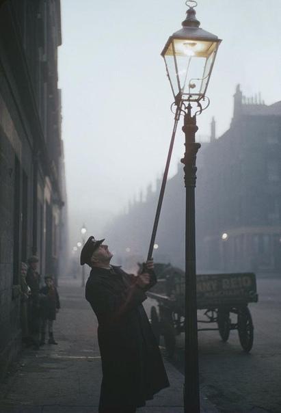 Уютное фото из Глазго, Шотландия, 1955 год. Фонарщик зажигает газовую лампу.