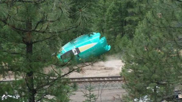 В Америке в реку упал необычный поезд со спиртом.