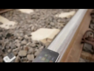 iPhone 5S против поезда