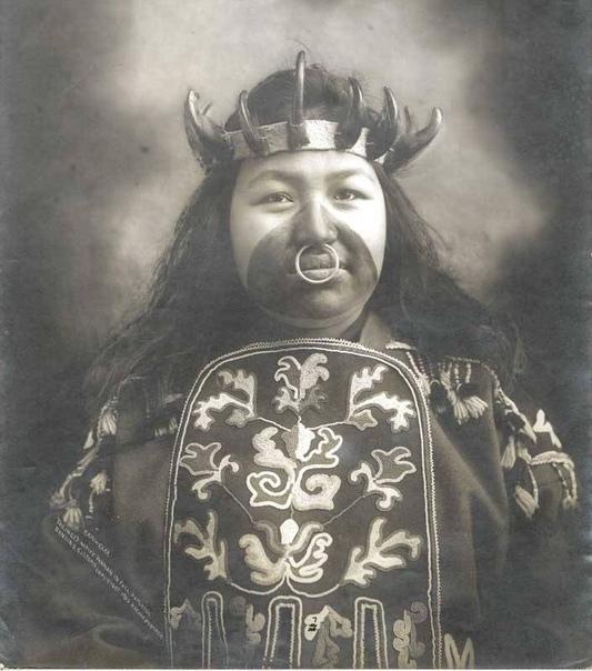 Женщина по имени aw-Claa из племени тлинкитов, в короне из когтей медведя. © t·me/Barbarianstvo