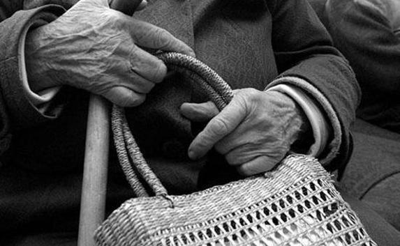 В Олекминске у пенсионерки украли сумку