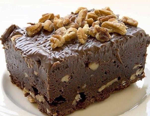 шоколадный торт без выпечки нам понадобится:- сливочное масло в крем, 80 г- грецкие орехи,150 г- шоколад, 100 г- песочное печенье, 400 г- грецкие орехи в крем, 200 г- мед, 50 г- сливочное масло,