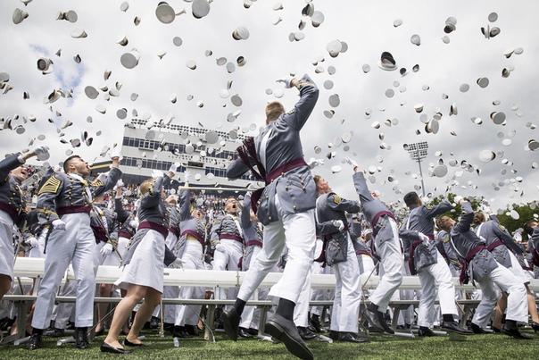Кадеты бросают свои фуражки в воздух после выпускных церемоний в Военной академии США в Вест-Пойнте (Нью-Йорк