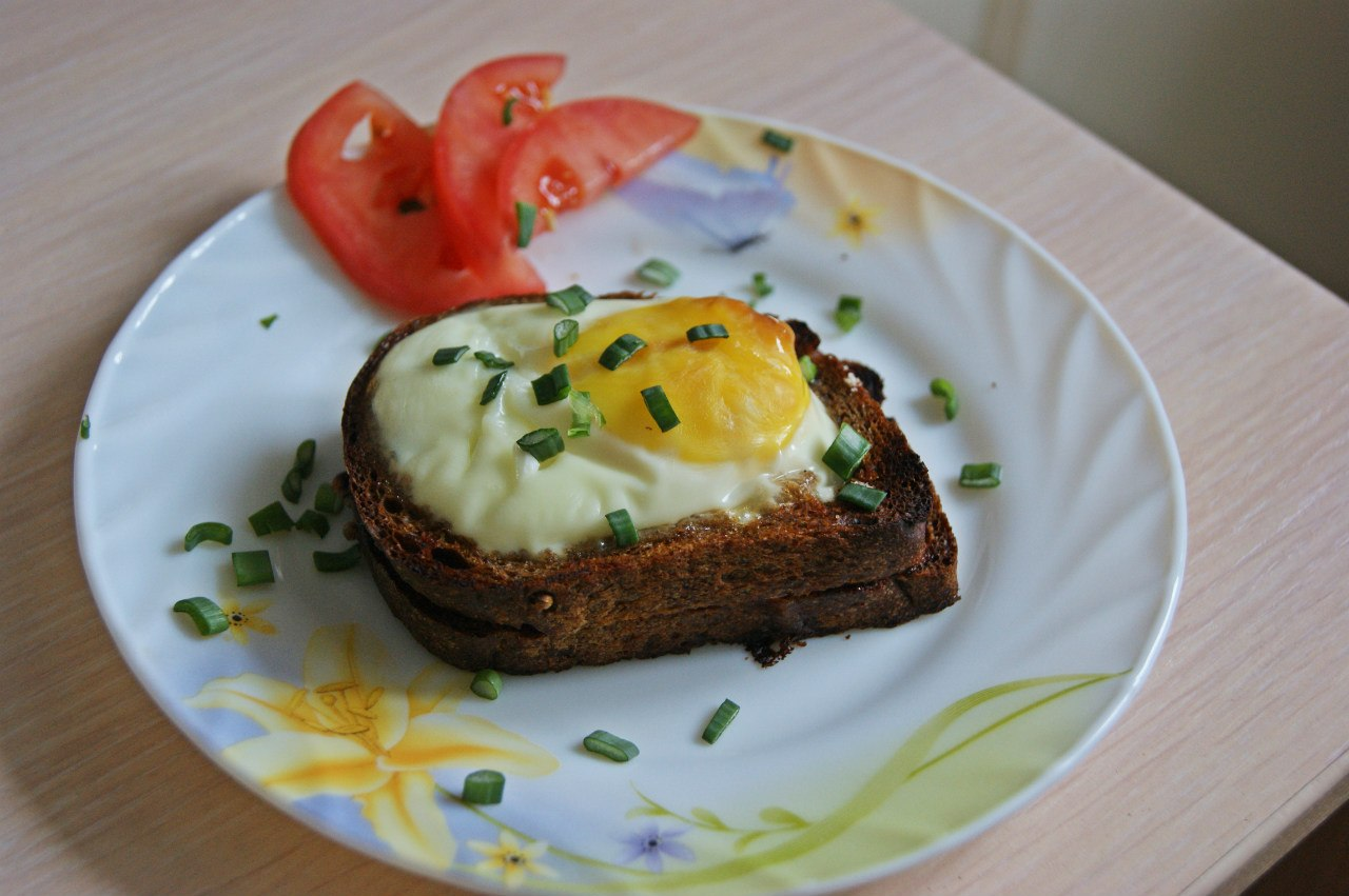 Как сделать хлеб с яйцом и колбасой
