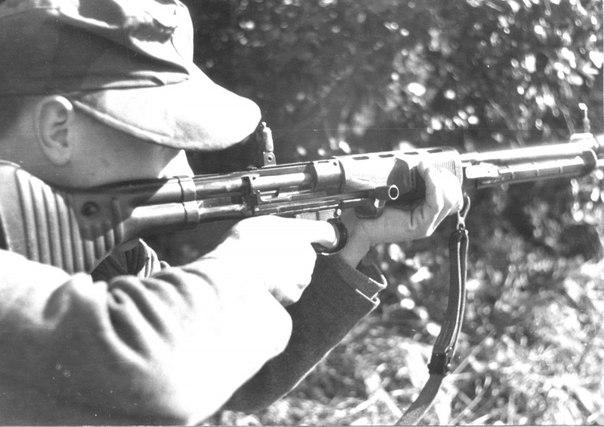 ВИНТОВКА ПАРАШЮТИСТА Автоматическая винтовка FG-42 (Fallschirmjagergevehr 42, дословно - винтовка парашютиста, модель 1942) является весьма интересным, хотя и не самым удачным образцом