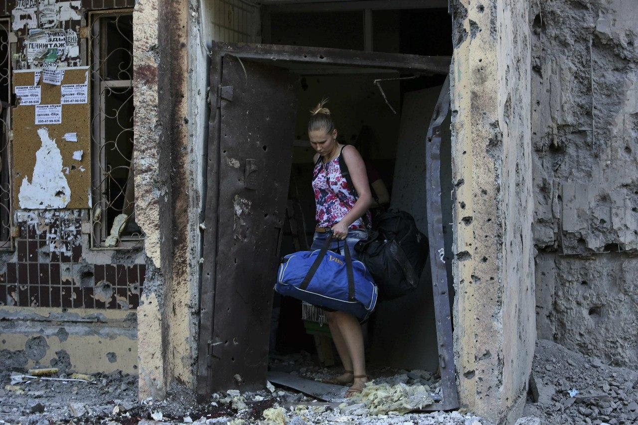 Дончане покидают разрушенные дома
