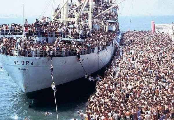 Албанцы штурмуют сухогруз «Vlora», требуя отвезти их в Италию,