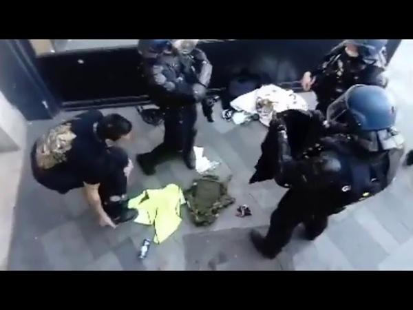 Acte 23 la police force un manifestant à baisser son pantalon mais quelle honte 😳