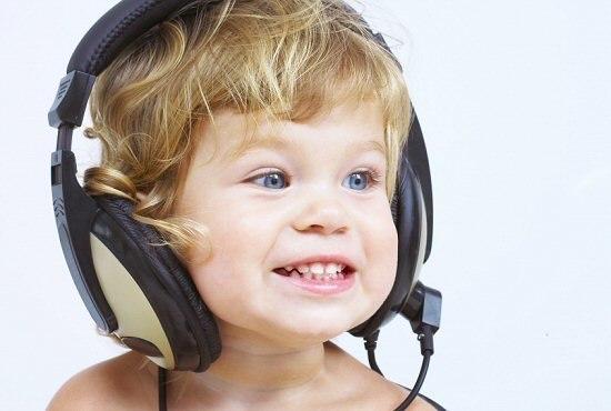 Музыка помогает развивать чувство прекрасного, прививает хороший вкус, поднимает культурный уровень.  Особую роль в музыкальном воспитании малыша играют классические мелодии. Воспринимать их сложнее. Поэтому учить слушать и понимать классическую музыку следует с самого маленького возраста.