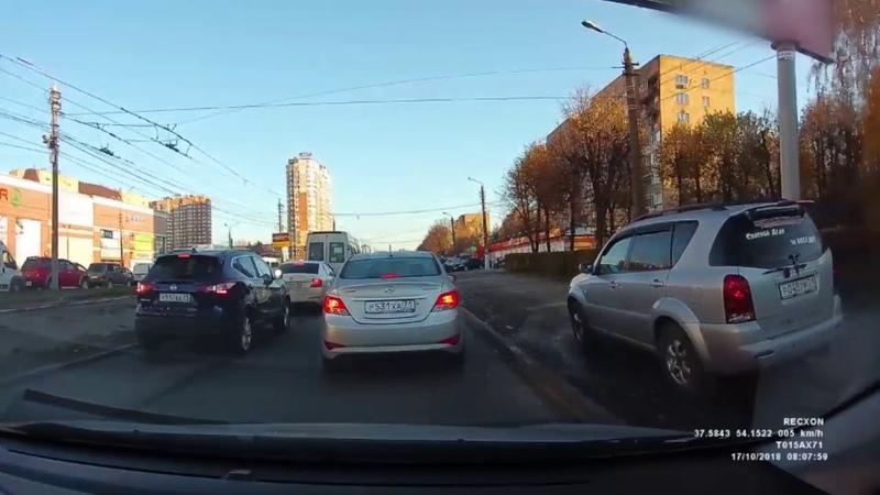 В Туле водитель объехал пробку по тротуару