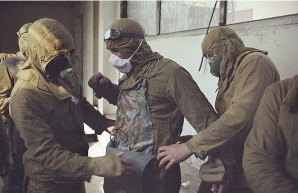 Приготовления сотрудников Чернобыльской АЭС к погружению в резервуары с радиоактивной водой