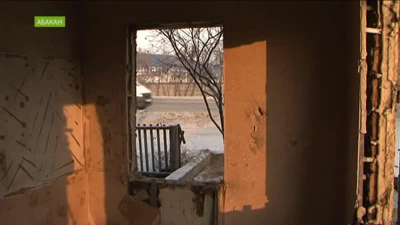 В Абакане рабочие разбирают дома под путепроводом на улице Мира