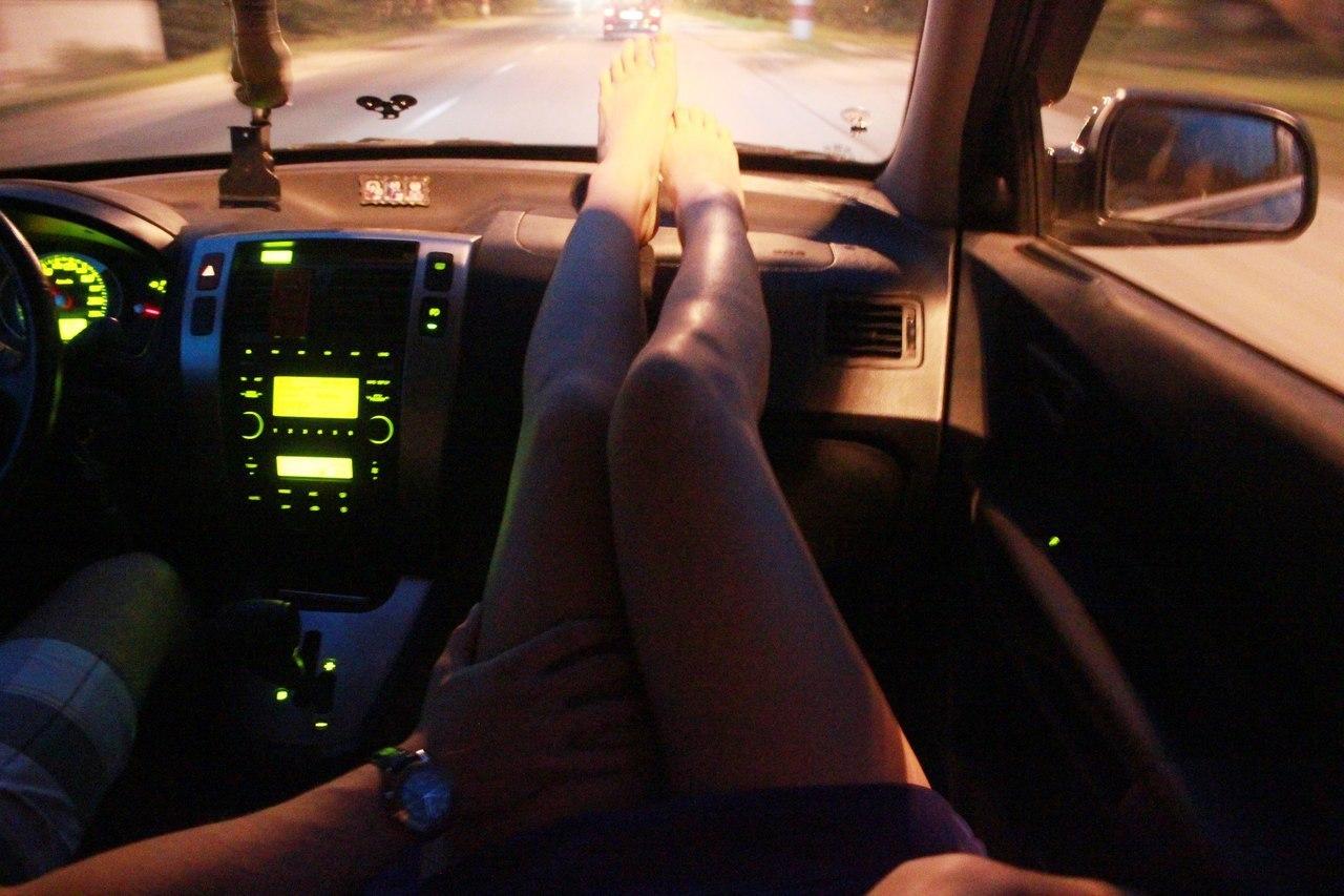 Фото ног в машине с цветами