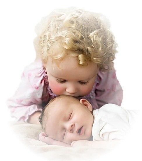 Скажите, сколько в сердце доброты? Откуда же оно ее черпает? И как среди бегущей суеты, Оно так много и легко прощает? И почему тревожится всегда, Когда кому-то очень-очень больно? Всегда есть наготове доброта. Ее так много, что для всех довольно. Я поняла, что доброта, как кровь: Чем больше отдаешь, тем больше будет. У доброты подруга есть – Любовь. Дарите доброты побольше, люди!