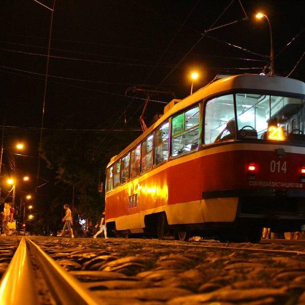 больше фото в трамвае ночью происходит