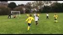 Un padre empuja a su hijo para que detenga un balón