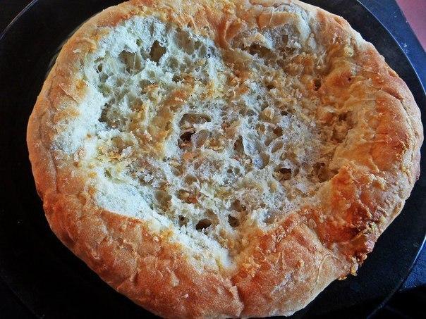 Глазунья в лепёшке Что нужно: Лепёшка дрожжевая 1 шт.Яйца 3 шт.Бекон 100 гЛук-порей 0,5 стебляЧили перец кусочекЛимонный перец по вкусуМорская соль по вкусуТёртый сыр по желаниюРастительное