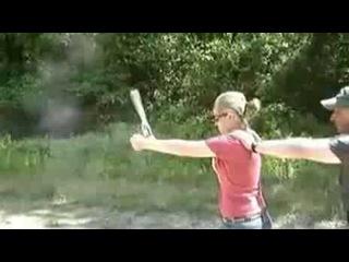 Девушку учат стрелять