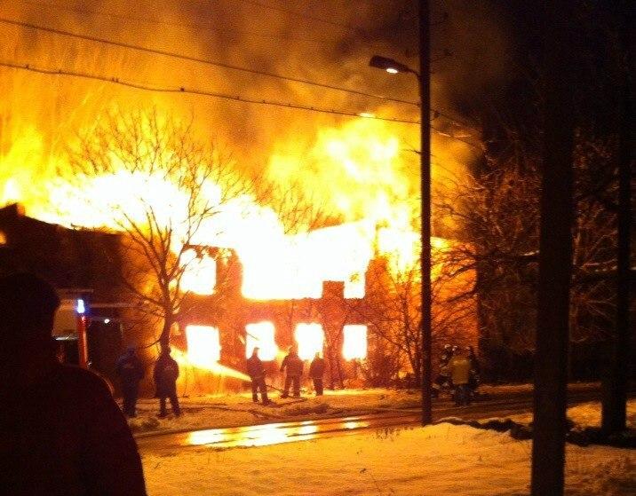 Крупный пожар в Таганроге: Сегодня утром догорел второй двухэтажный дом на Дачной