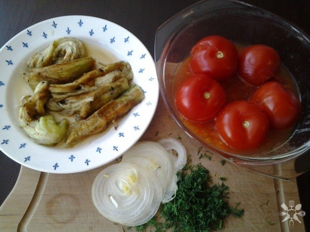 запеченные баклажаны с помидором, луком и зеленью нам понадобится:- 3 баклажана;- 5 помидор;- 1 лук;- 1 пучок укропа.делаем:баклажаны запекаются на электрической комфорочной плите 10 минут, но