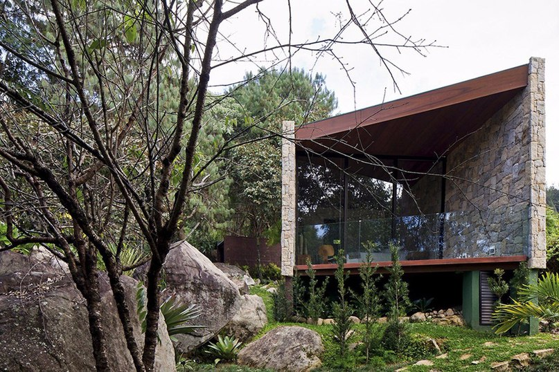 Небольшой дом в качестве пристанища писателя в окружении нетронутой природы. Загородный