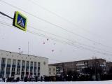 Кушвинцы запустили белые шары в память о погибших в (Кемерово, ТЦ Зимняя вишня) Видео с Мобильного тел.