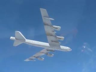 Американский бомбардировщик B-52H в небе над Балтийским морем. Видео с борта сопровождающего его истребителя Су-27