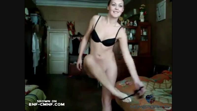 Непрофессионалка из России снимает раздевание на камеру для своего парня