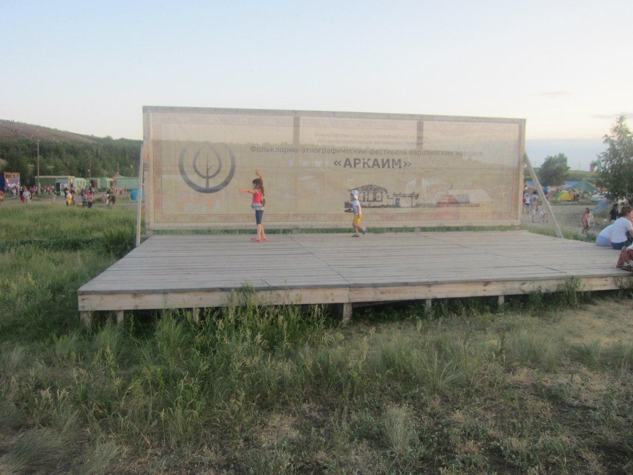 Дети ″отрываются″ на пустой сцене (25.06.2013)