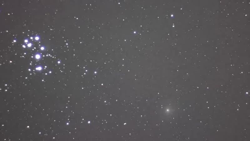 Небесный транзит кометы Виртанена (6 часов) вблизи Плеяд, снятый через телескоп с экваториальной монтировкой (15.12.2018).