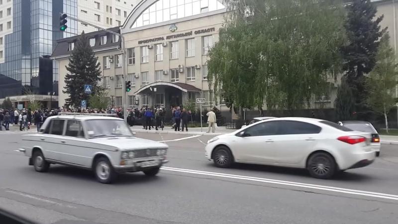 Луганск 29 апреля 2014 Взятие прокуратуры снимает хохлик