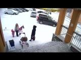 Сход снега с крыши администрации пос. Видяево на маму с ребенком