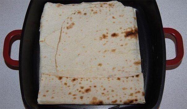 сырный пирог с армянского лаваша нам понадобится:- упаковка армянского лаваша- 1 яйцо- 70 мл молока- 500 г сыра, подойдет обычный российский сырделаем:натереть сыр на крупной терке.яйцо с