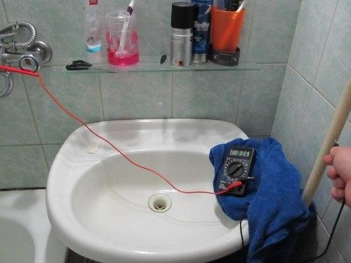 Почему вода бьет током в квартире