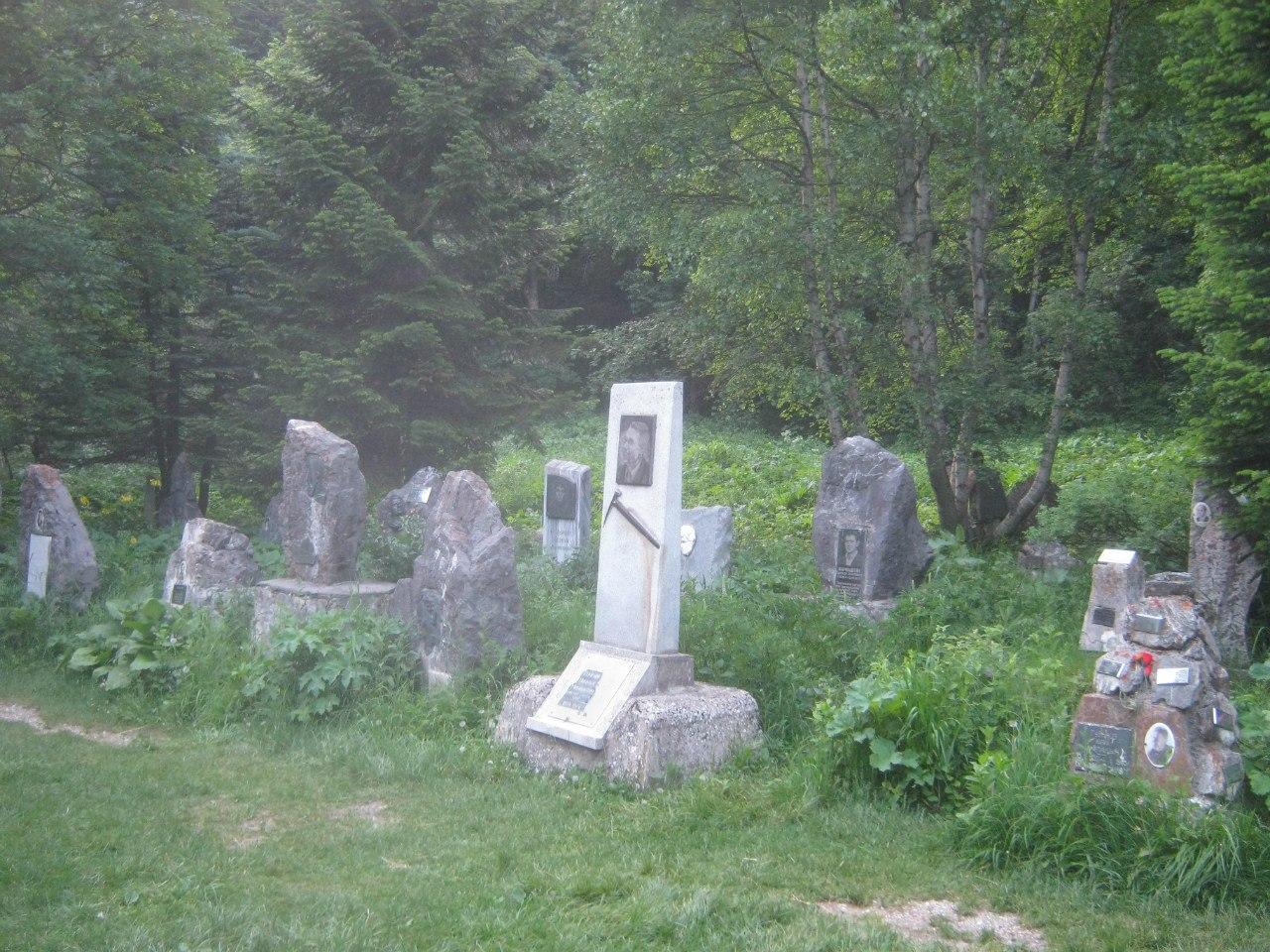 Кладбище альпинистов около Домбая