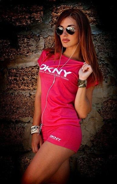 Девушка брюнетка в розовой футболке