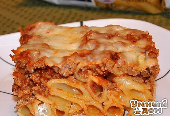 Макароны, запеченные с мясом и сыром Люблю готовить макаронные запеканки, которые могут заменить полноценный ужин. Самое замечательное в них то, что делаются они быстро и обходятся недорого, а получаешь море удовольствия. Ингредиенты: 500 гр макарон, отварить 500 гр фарша 1 луковица 1 банка томатного соуса для спагетти 200 гр сыра моцарелла, натереть 2 ст. ложки растительного масла Соус для макарон: 100 гр майонеза + 100 гр сметаны + 100 гр молока + 3 зубчика измельченного чеснока + 100 гр…
