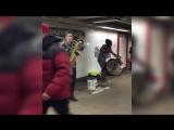 Крутые ребята играют в подземке (Too Many Zooz - Flightning)