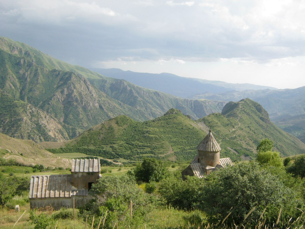 монастырь Цахацкар и крепость Смбатаберд