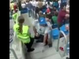 Болельщик Аргентины наблюдал за матчем на лестнице, поэтому стюард попросила его занять своё место