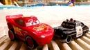 Relâmpago McQueen e Sheriff no parque aquático. Vídeos de brinquedos.