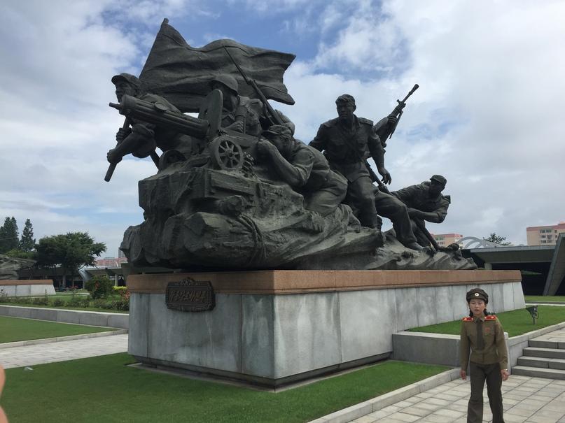 Скульптуры с мужественными войнами корейской армии
