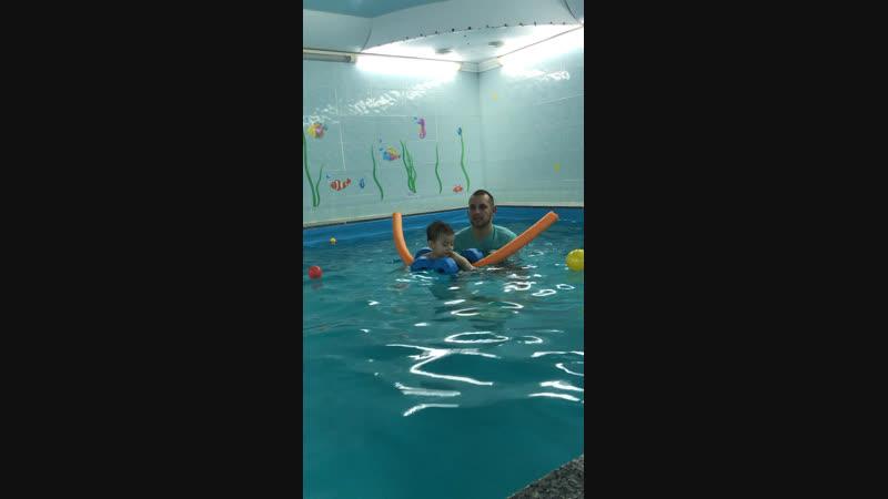 Матвей в бассейне