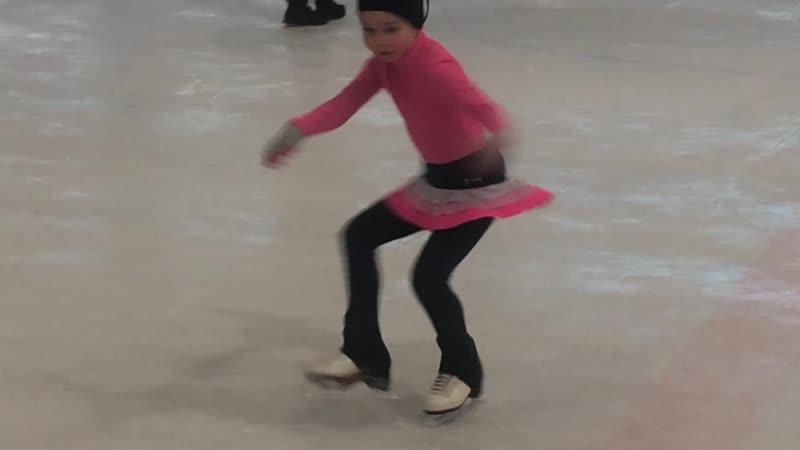 Аня Овечко. Тренировка. снежныебарсы тренермокрова фигурноекатание. 1 год и 3,5 месяцев на льду