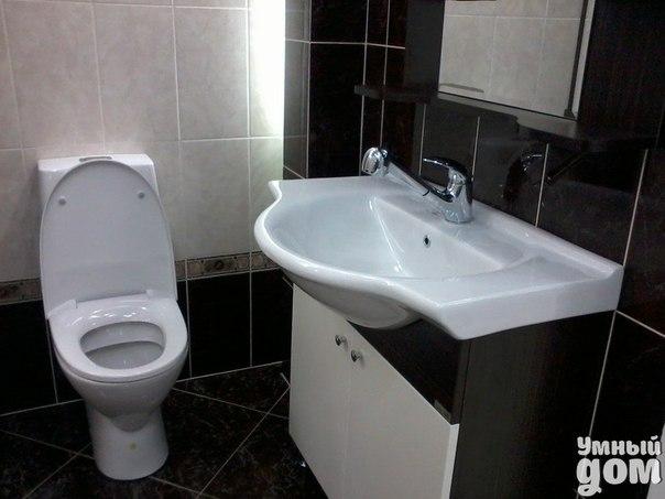 Домашнее средство для чистки унитаза Вам нужно хорошее средство для чистки туалетов? И к тому же недорогое? Попробуйте это. Налейте в ведро 2 литра воды, 1 стакан перекиси водорода и 1 столовую ложку аммиака. Тщательно перемешайте. Залейте все это с унитаз, закройте крышку. Оставьте на 30 минут. Откройте крышку и промойте щеткой. Легко и просто Ваш унитаз блестит! Умный дом - идеальный уголок для хозяюшки!