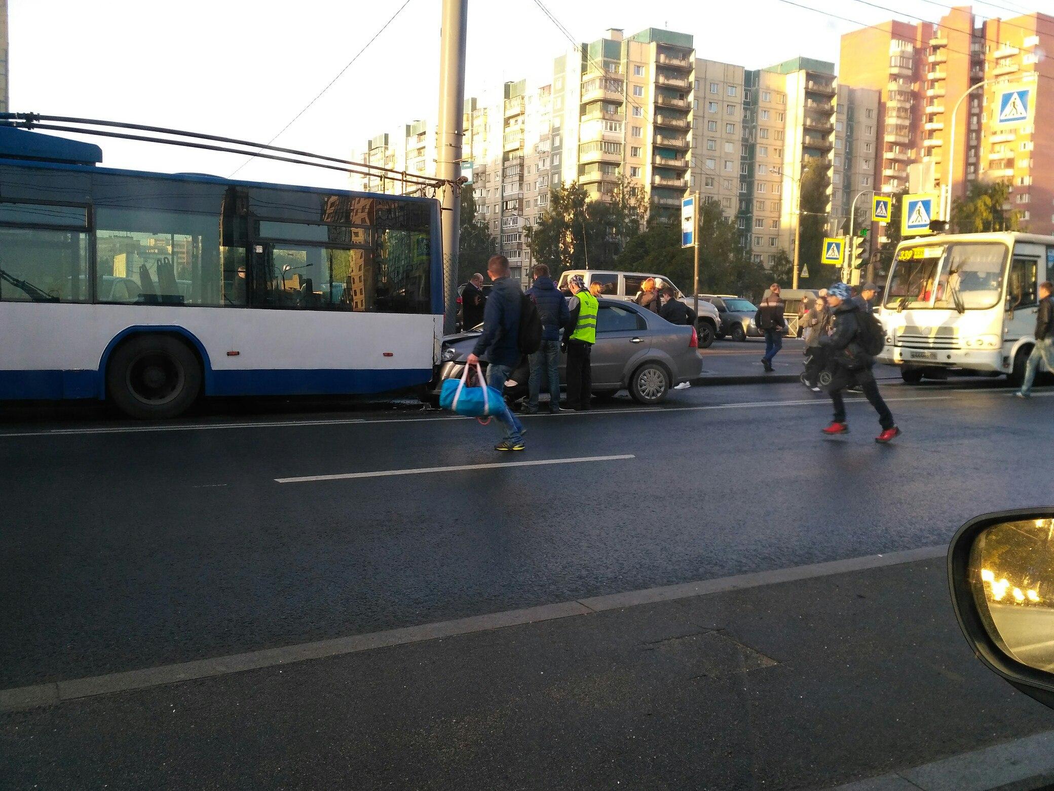 Иномарка влетела в троллейбус на Ленинском проспекте