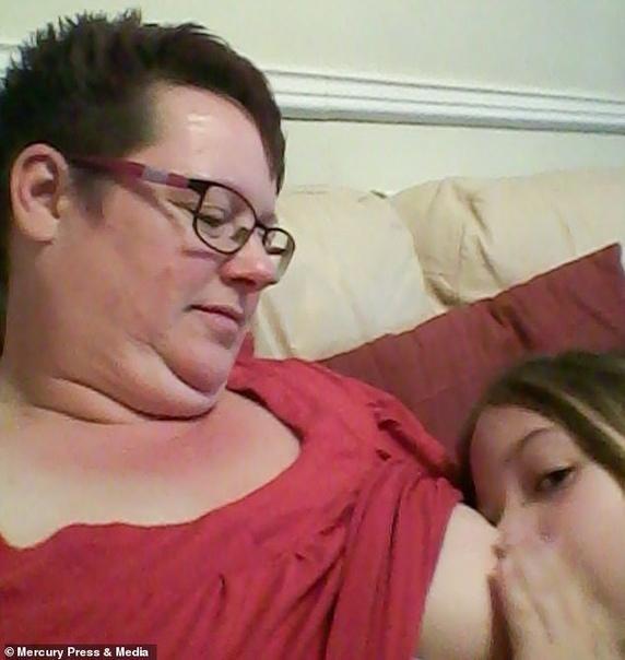 Шэрон Спинк родила свою девочку в 41 и посчитала, что чем дольше будет кормить ее грудным молоком, тем теснее будет связь мамы с дочкой.