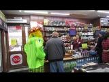 Клоун в Кунашаке, поднимает настроение людям, дарит конфеты.