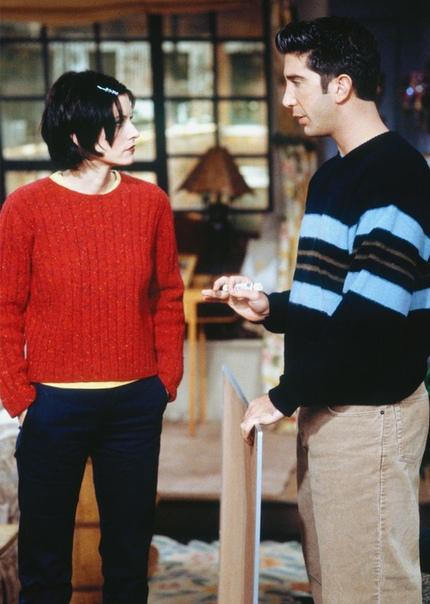 Стиль Моники Геллер. Сериал Друзья. Часть 1 Стиль Моники из 90-х это практически модное пособие: тут и юбки-трапеции, и джинсы с завышенной талией, и широкие брюки. Однако и более поздние